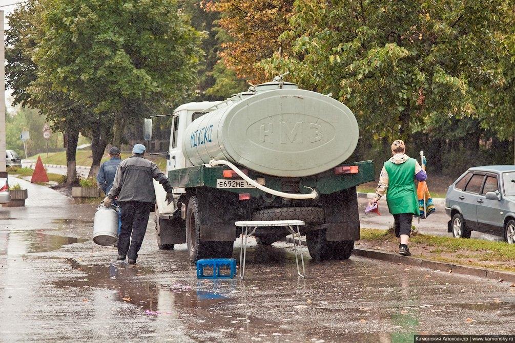 Бочка с молоком под проливным дождем, площадь перед Детским миром, сентябрь 2011 года