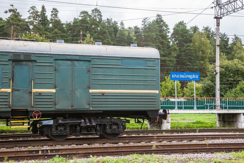 Станция Красноармейск и состав багажных вагонов, август 2014 года