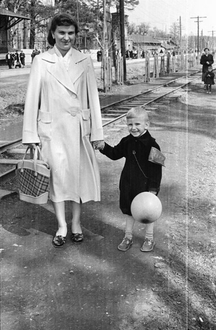 Горожане на Первомай около Московских ворот и бывшей станции узкоколейки, 1960-е годы