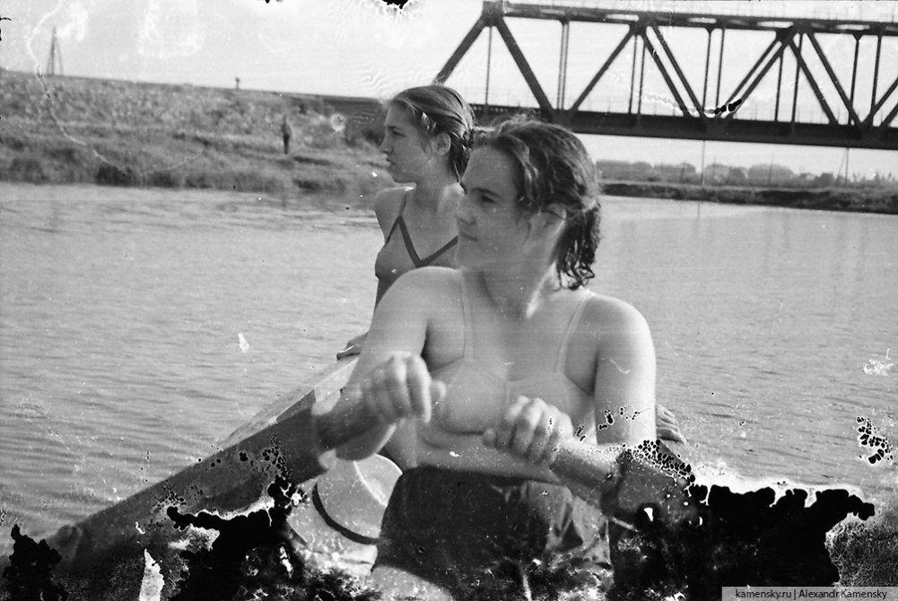 Горожане на лодке в районе жд-моста, 1960