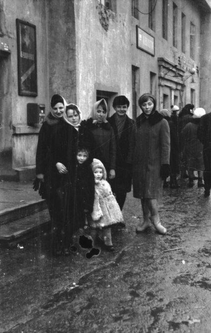 Горжане на ступенях Булочной в доме 8А по проспекту Ленина (дом на Конечной), 1980-е годы