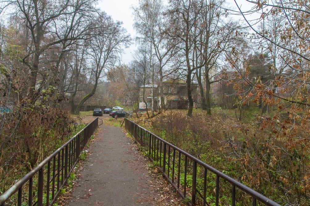 """Вид с бывшего """"Висячего моста"""" на улицу Чкалова, октябрь 2015 года"""