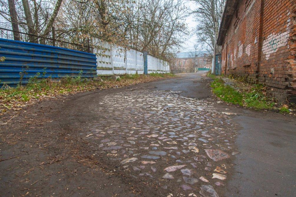 Остатки мощеной булыжником фабричной улицы, Заречный тупик, октябрь 2015 года