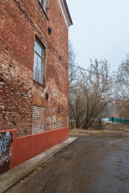 Фасад дома 2 по улице Свердлова и следы ворот, октябрь 2015 года
