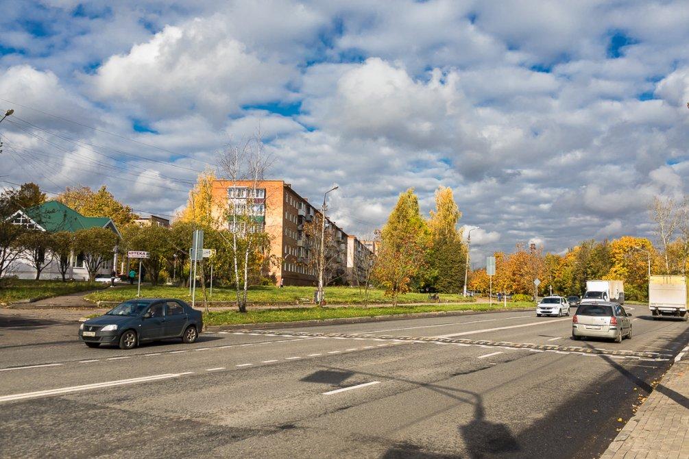 Проспект Испытателей в районе Детской поликлиники, октябрь 2017 года