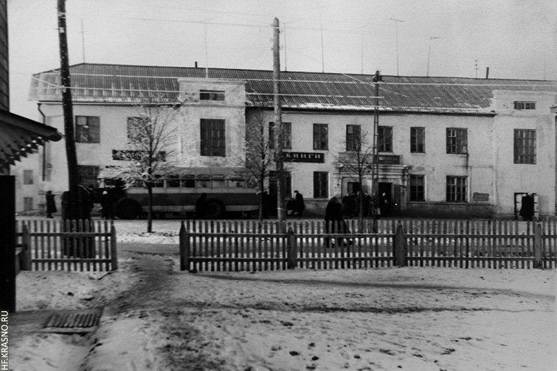 Дом «на конечной» (8А по проспекту Ленина), в 60-е годы он целиком выкрашен в желтый цвет