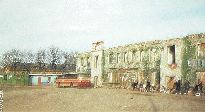 В 1995 году дом сгорел и 5 лет стоял без ремонта.