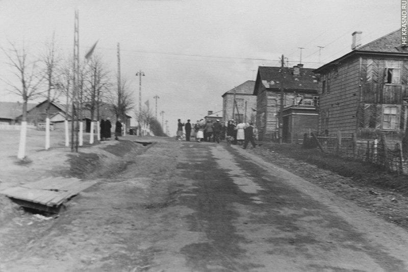 На снимке вид от улицы Строителей в сторону улицы Пионерской, 1960-е годы