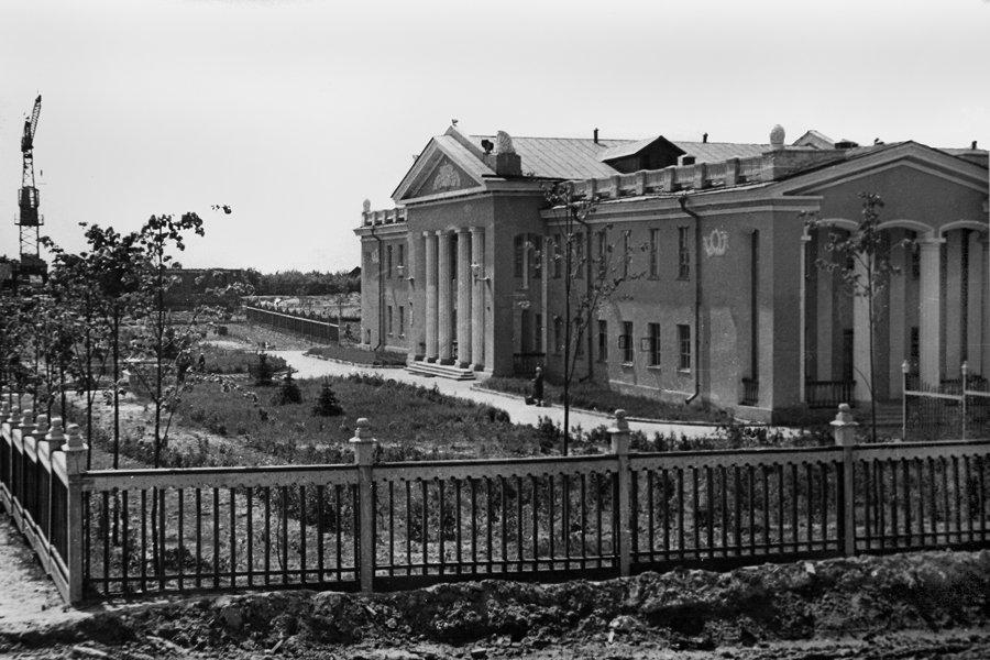 ДК имени Ленина, на заднем плане — строительство школы №3, 1960-е годы