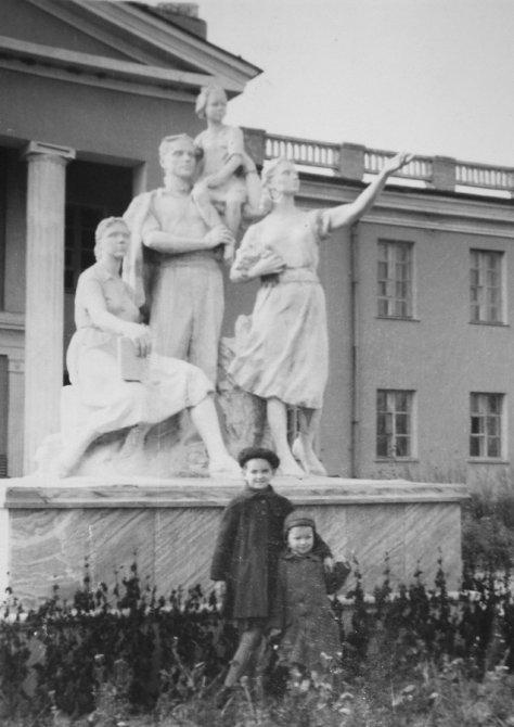 Маленькие горожане у ДК имени Ленина, 1970-е годы