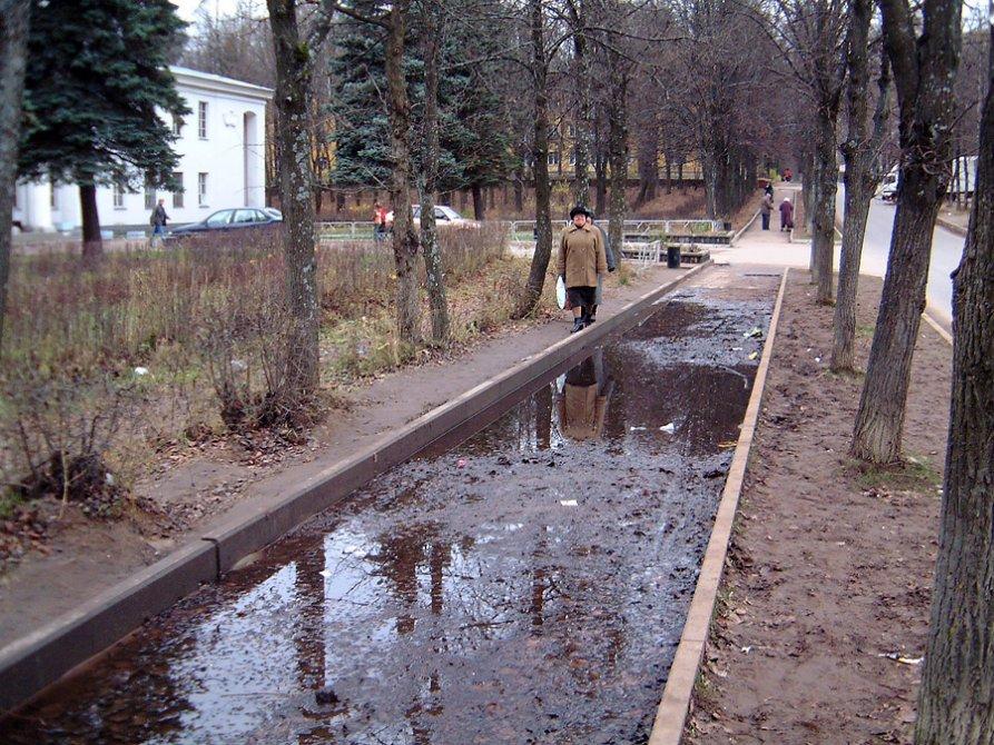 Постоянство. Пешеходная дорожка около парка перед ДК в сырое время года труднопроходима, с годами это не меняется, 2004 год