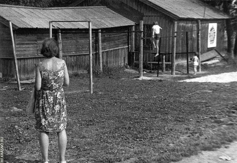 Турники, справа футбольное поле и площадка для городков, сейчас в этом месте дом №4 на Комсомольской, 1970-е годы