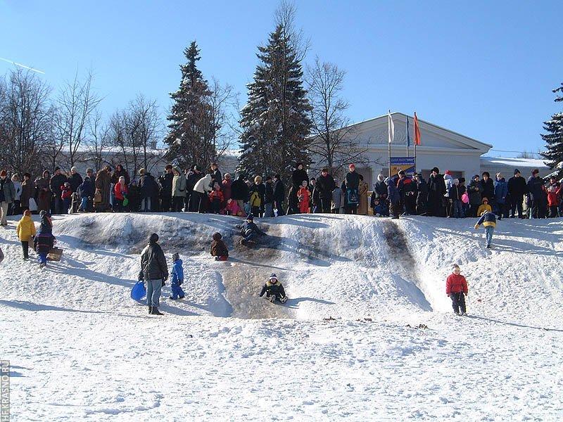 Ледяные горки у ДК им. Ленина — любимое место отдыха детворы зимой, 2004 год