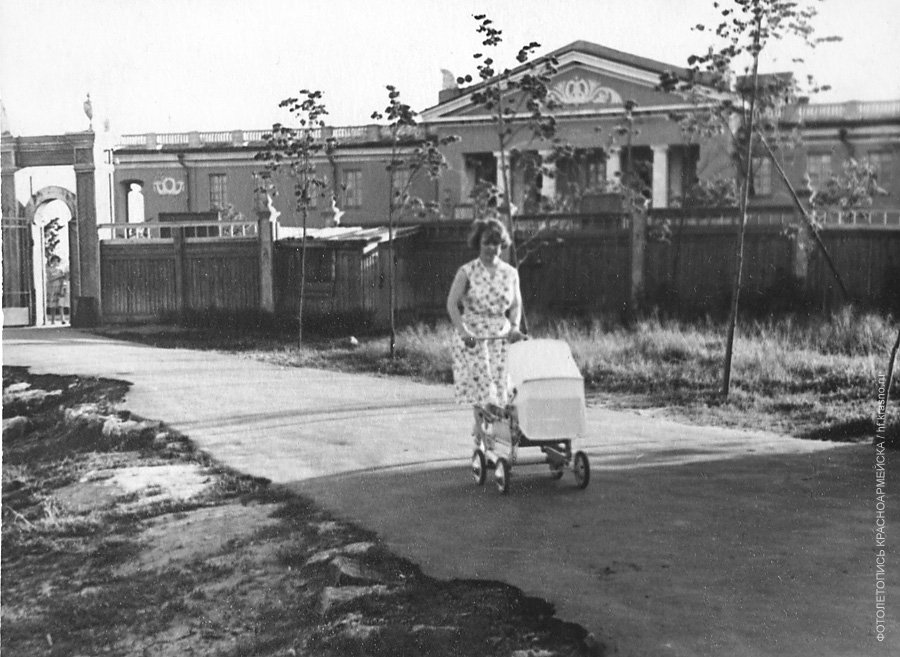 У входа на стадион, 1960-е годы