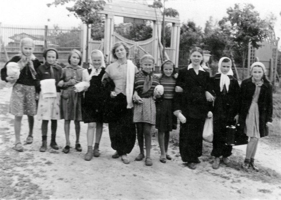Воспитанники пионерского лагеря НИИ Геодезия около ворот стадиона Зенит, 1960-е годы