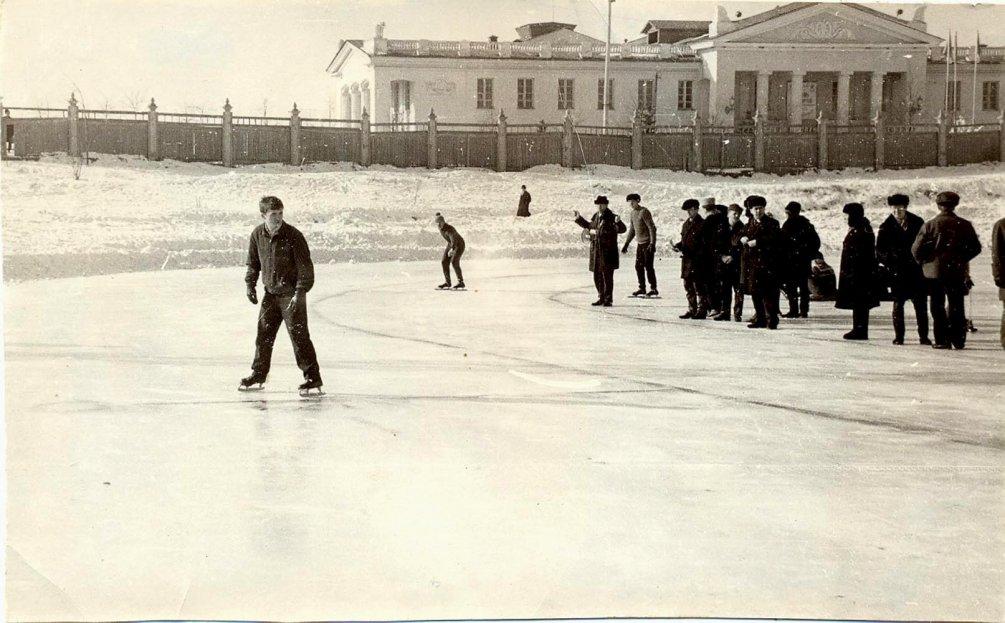 Стадион Зенит, на заднем плане ДК Ленина, 1970-е годы