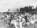 Городской пляж, на заднем плане слева вышка для прыжков в воду, 1950-е