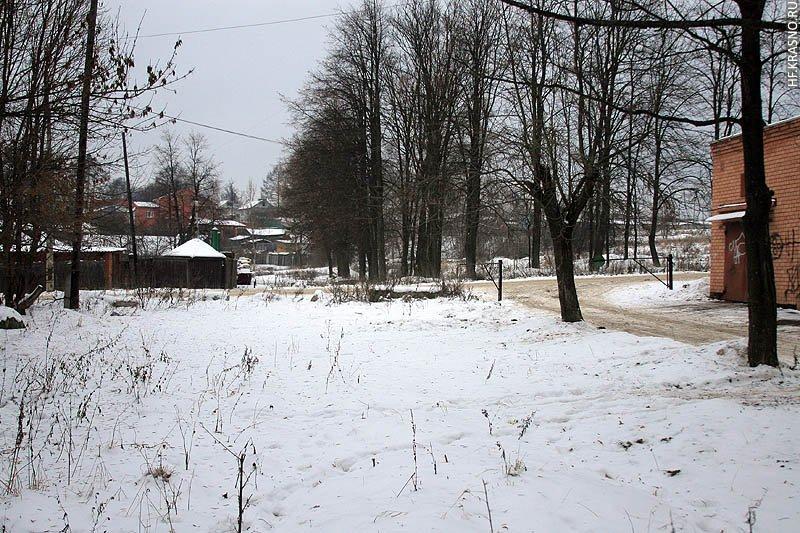 Место, где стояли дома улицы Трудовой, на заднем плане оставшиеся дома на улице