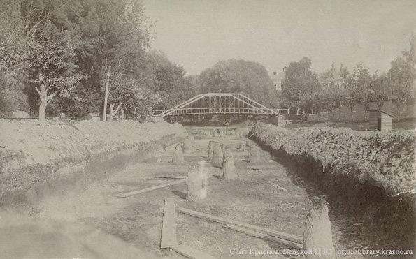 Строительство водоотводного канала на реке Воре около городской плотины, 1900 год