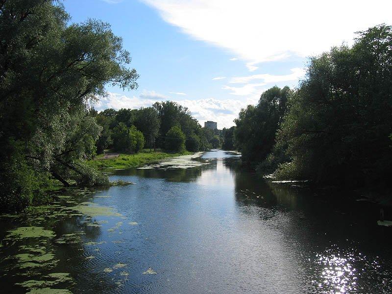 Река Воря около городской плотины, 2004 год, на заднем плане еще нет домов на улице Чкалова № 5 и 9 (на месте Дома Миндера)