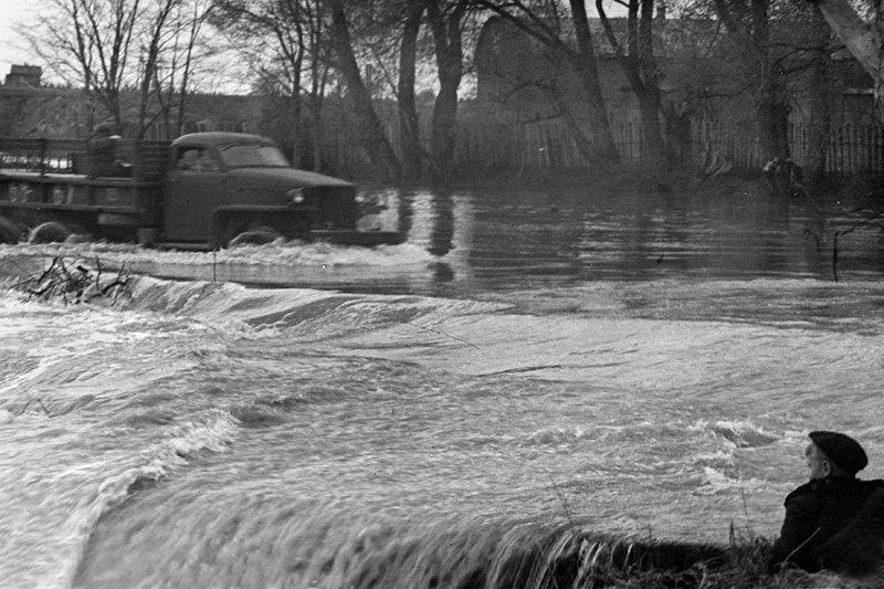 Река Воря около городской плотины, половодье, 1960-е годы