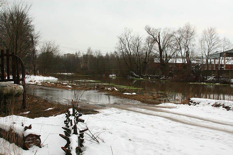 Река Воря около городской плотины, половодье, 2006 год