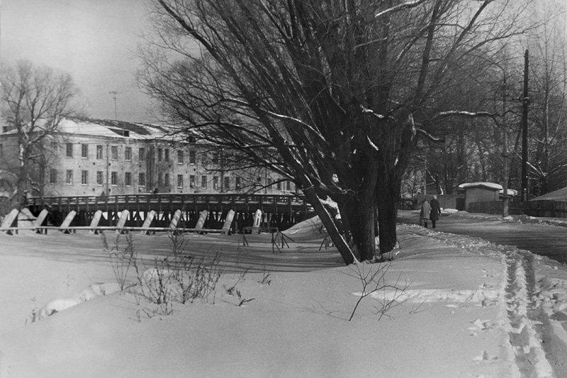 Река Воря около городской плотины, слева видны наклонные деревянные сооружения - быки. Они были нужны для расколки льдин во время половодья и сохраняли деревянный мост, который виден на заднем плане. 1970-е годы