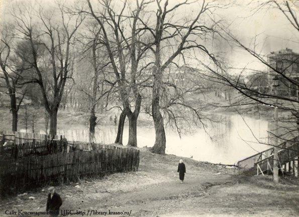Разлив реки в 1930-е годы, высокая вода в водоотводном канале и в реке Воря, справа мост около Администрации, на заднем плане сверху справа - Георгиевская казарма