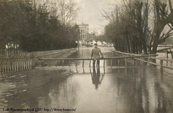 Около городской плотины, большой разлив реки весной 1910-х годов, на заднем плане Дом Миндера