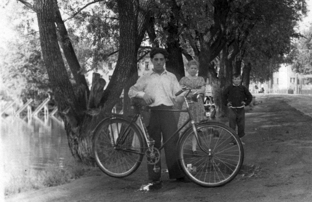 У городской плотины, 1960-е годы