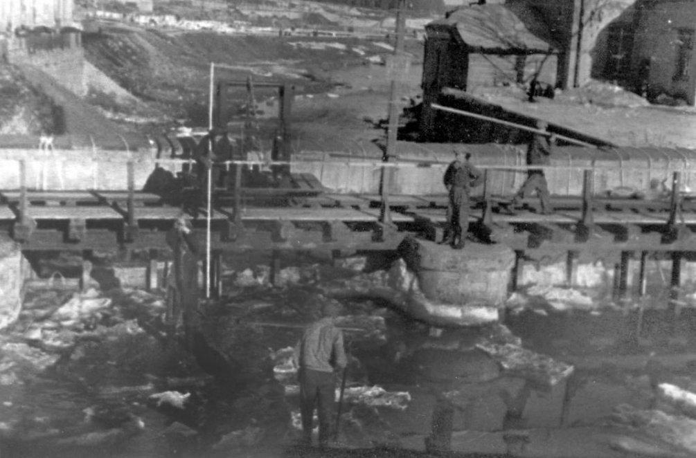 Колка весеннего льда на плотине, 1920-е годы