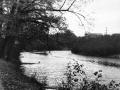 Река Воря около городской плотины, на заднем плане видны деревянные бараки, стоявшие на Краснофлотской улице, 1960-е годы
