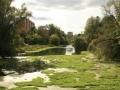 Река Воря около городской плотины, 2006 год, на заднем плане идет строительство домов на улице Чкалова № 5 и 9 (на месте Дома Миндера)