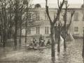 Около городской плотины, большой разлив реки весной 1910-х годов, на заднем плане Отбельная казарма (Заречный тупик, 4)