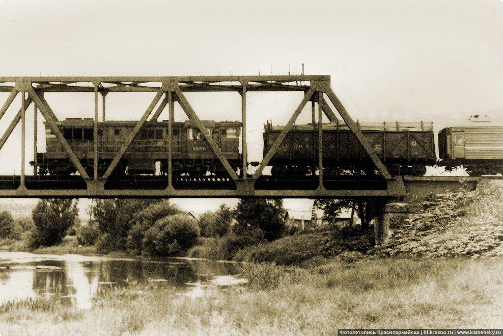 Пригородный поезд Софрино-Красноармейск часто имел в составе не только плацкартные вагоны, но и грузовые, 1980-е годы