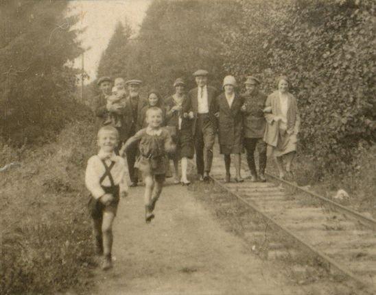 Прогулка жителей поселка по торфовозной УЖД, 1928