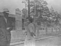 Горожане около жд-станции узкоколейной дороги, предположительно 1950-е годы