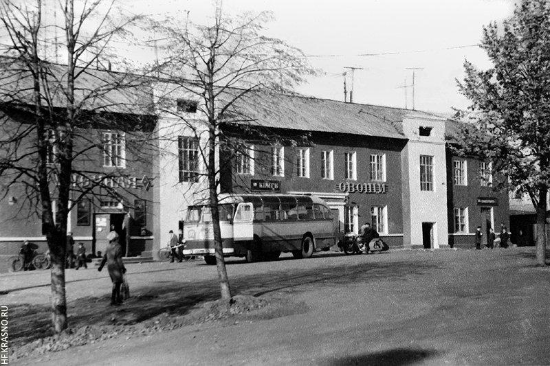 Автобус ЛАЗ-695 на конечной остановке в Красноармейске, 1960-е годы