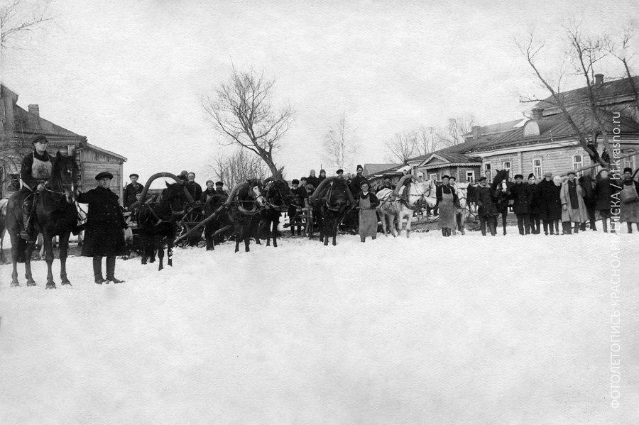 Конный двор Фабрики Красной армии и флота (бывшей Вознесеской мануфактуры). Мы считаем, что снимок сделан в 1920-е годы.