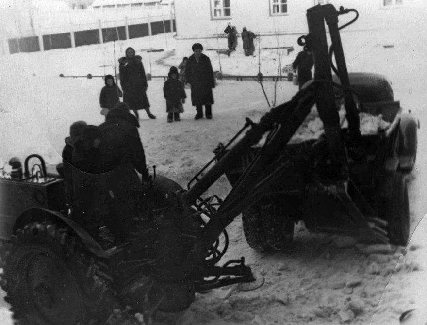 Уборка снега во дворе на Центральной улице, 1960-е годы