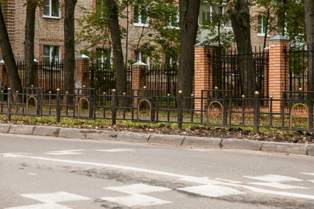 Новые решетки у школы №2, стилизованные под Московские ворота, сентябрь 2013 года