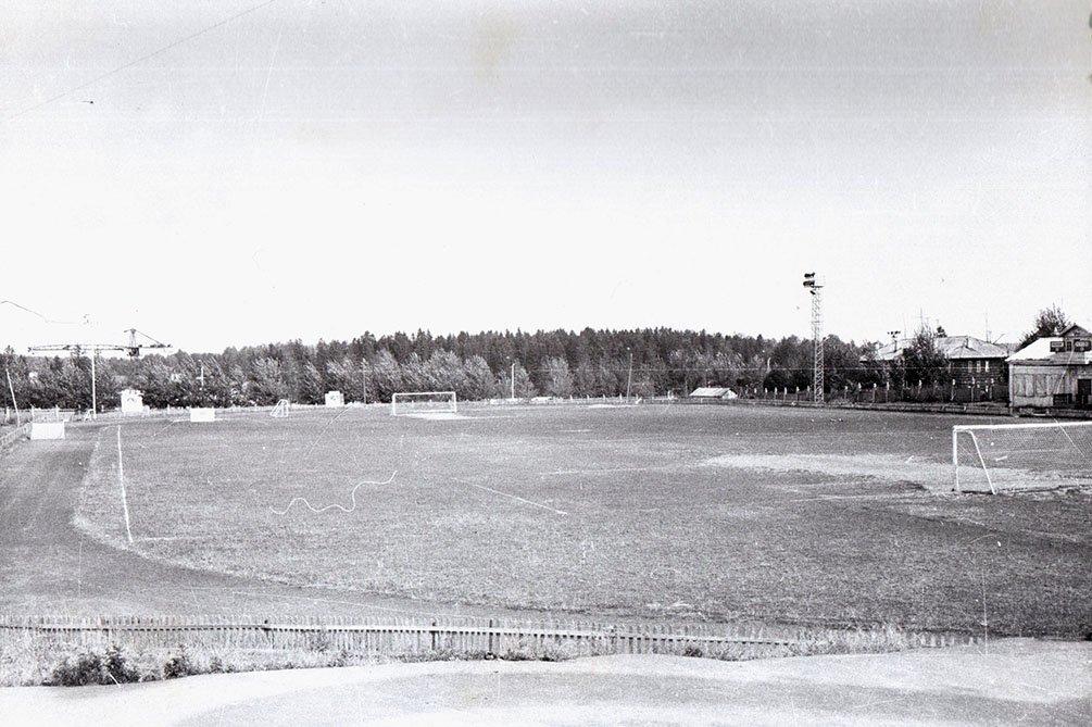 """Стадион """"Зенит"""", справа восьмиквартирные дома на Стадионной улице, 1970-е годы"""