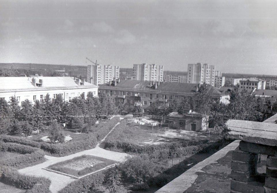 Снимок сделан с крыши дома 4 по улице Пионерской, видны дома на Комсомольской и Спортивной, 1970-е годы