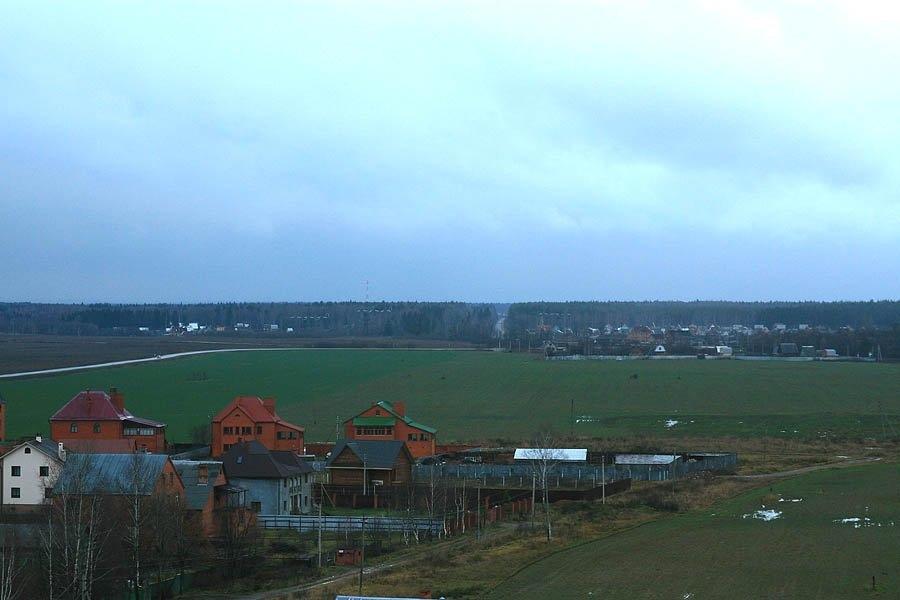 Вид с крыши дома на Краснофлотской, путь УЖД пересекал поле
