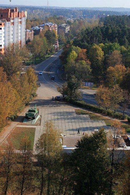 Пути пересекали площадь и шли к месту, где сейчас слева стоит высотный дом